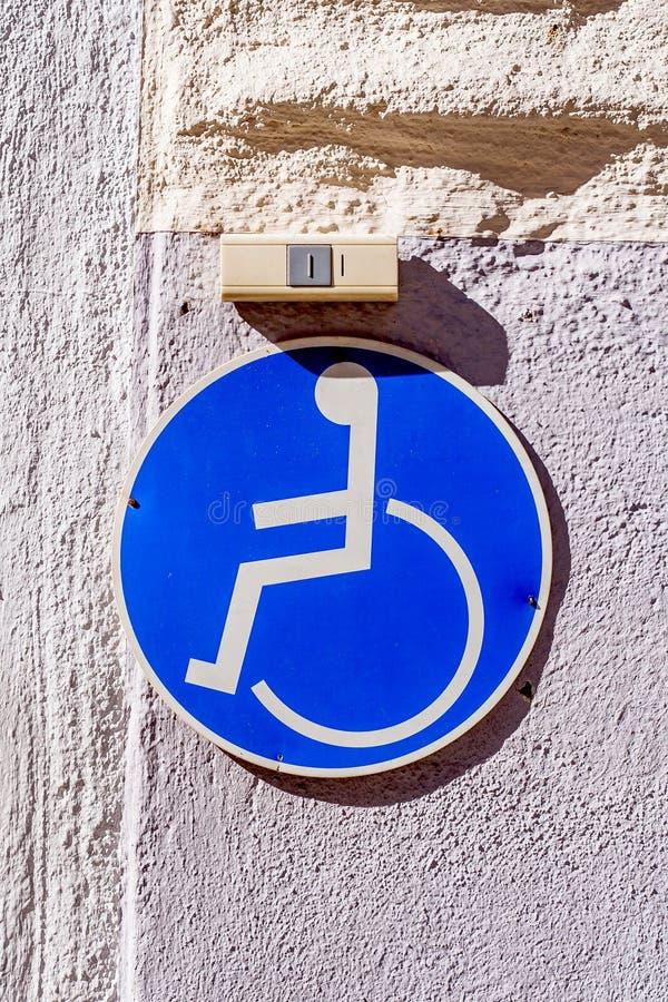 Wózka inwalidzkiego użytkownika pierścionek nad ono i znak obraz royalty free