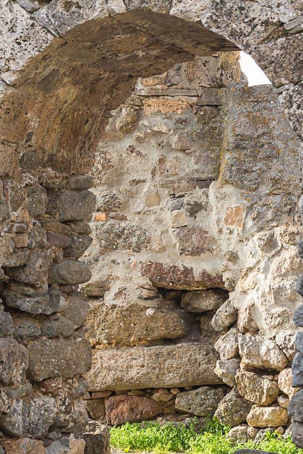 Wölben Sie gezeichnetes Steinverwittertes gebrochenes Ruinenteil des kalksteinbrauns Grau des alten historischen Schlosshintergru stockfotografie