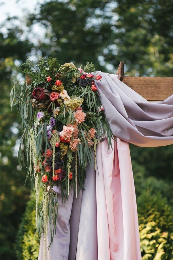 Wölben Sie sich für die Hochzeitszeremonie im Sommer auf der Straße, verziert mit frischen Blumen lizenzfreies stockfoto