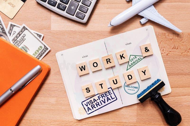 Wörter arbeiten und studieren und freier Ankunftsstempel des Visum auf fremdem Durchlauf stockbild