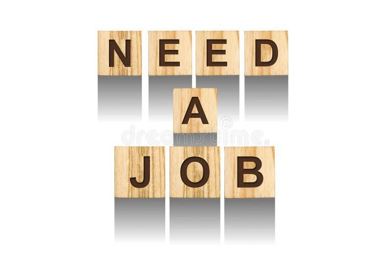 Wörter, benötigen einen Job und bestehen aus Buchstaben auf hölzernen Würfeln eines Designs auf einem weißen Hintergrund Getrennt lizenzfreies stockfoto