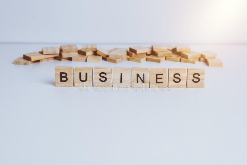 Wörter GESCHÄFT gemacht mit hölzernen Buchstaben des Blockes Hölzernes ABC lizenzfreies stockfoto