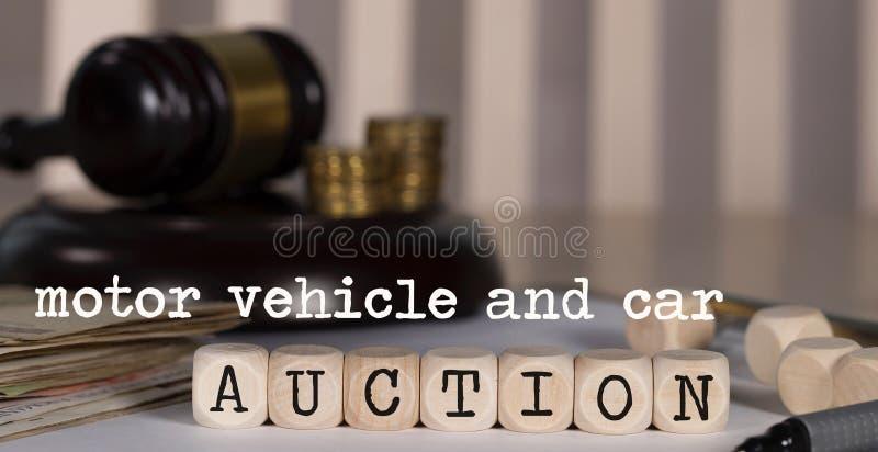 Wörter KRAFTFAHRZEUG UND DIE AUTO-AUKTION, die aus hölzernem besteht, würfelt stockfoto