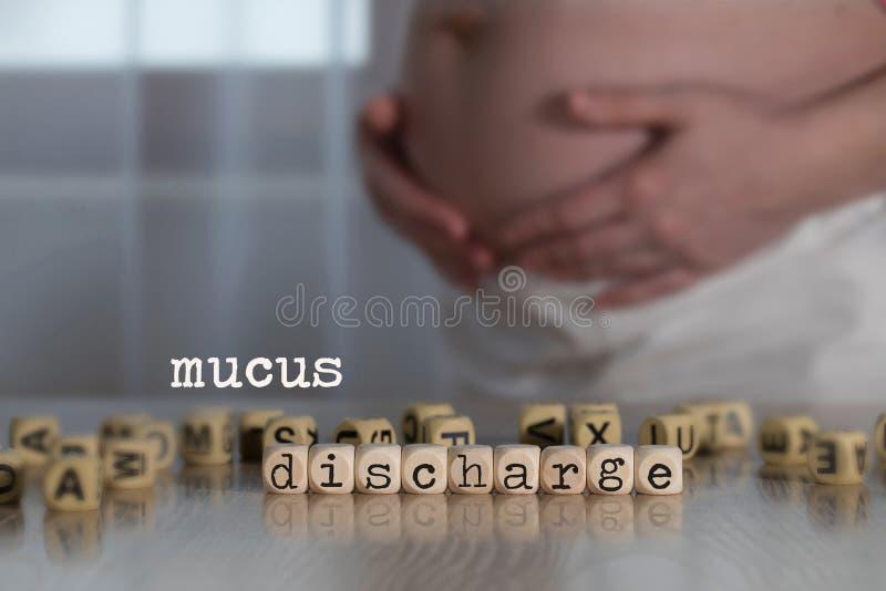 Wörter SCHLEIM-ENTLADUNG bestanden aus hölzernen Buchstaben stockfoto