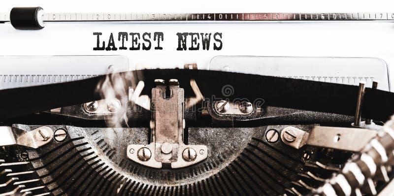 Wörter SPÄTESTE NACHRICHTEN geschrieben auf alte manuelle Schreibmaschine lizenzfreies stockfoto