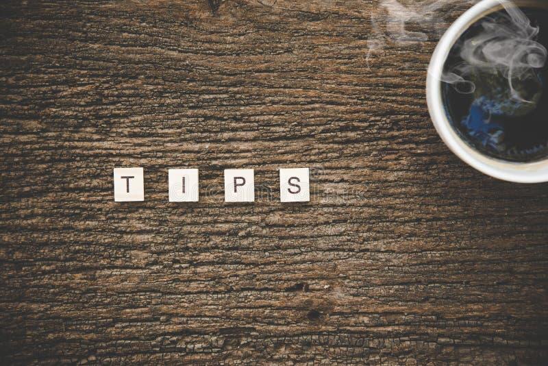 Wörter von Geschäftskonzepten sammelten im Kreuzworträtsel mit Kaffeetasse auf hölzernen Würfeln lizenzfreies stockfoto