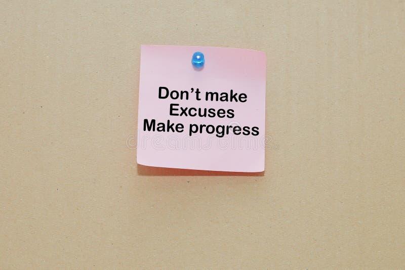 Wörter von lassen Entschuldigungen Fortschritt nicht auf klebrigen Farbpapieren auf brauner Pappe haften lassen stockfotografie