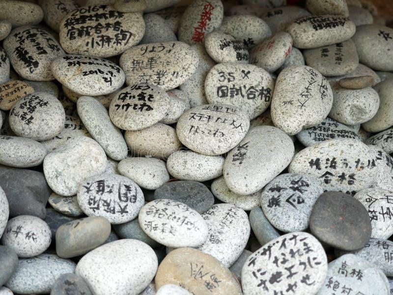 Wünschen Sie Felsen, Gebete schreiben ihre Wünsche und verließen in Zenkoji-Tempel lizenzfreie stockfotos