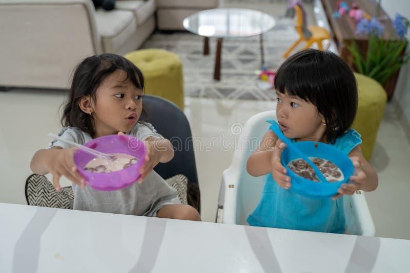 Wünscht kleines Mädchen zwei mehr Mahlzeit stockbilder