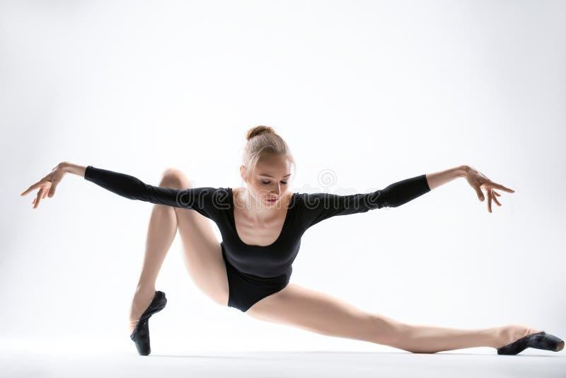 Würdevolle Ballerina im schwarzen Trikotanzughandeln lizenzfreies stockfoto