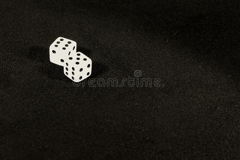 Würfel auf dem Tisch auf einem schwarzen Hintergrund stockfotos