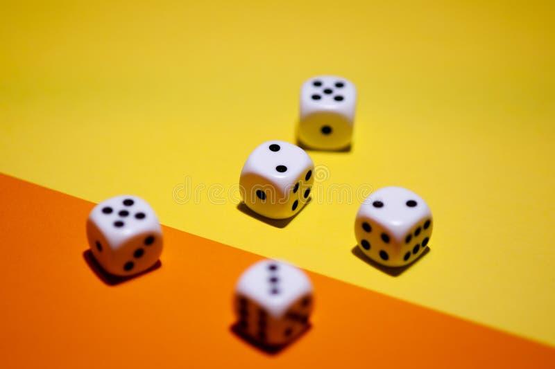 Würfel auf gelbem und orange Hintergrund lizenzfreie stockfotografie