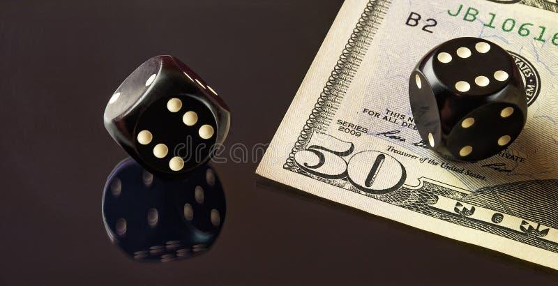 Würfel für Poker und ein Teil der fünfzig Dollaranmerkungen, die auf Th liegen lizenzfreie stockfotografie