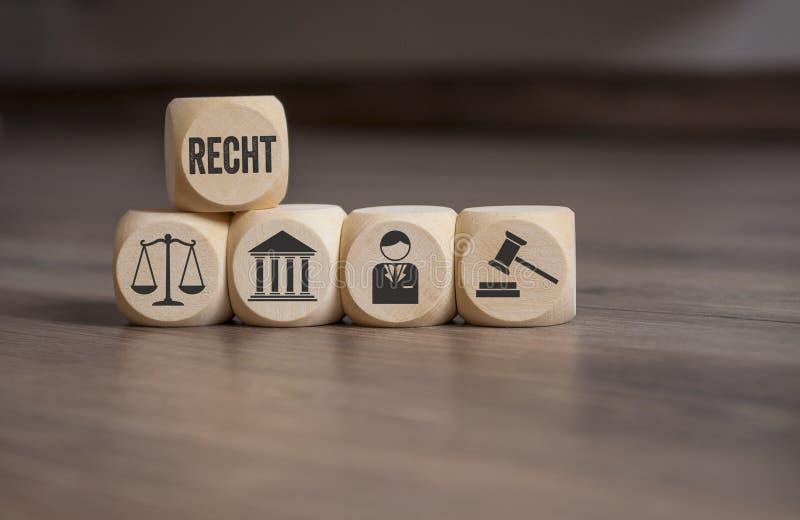 Würfel und Würfel mit Gesetzessymbolen stockfotografie