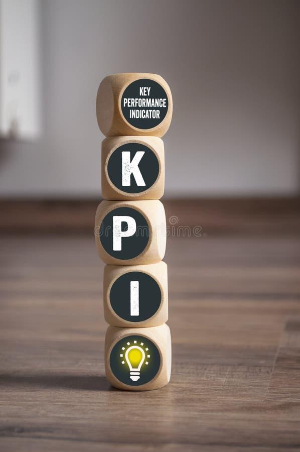 Würfel und Würfel mit KPI-Schlüsselleistungs-Indikator stockfoto