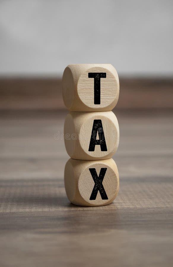 Würfel und Würfel mit Steuer stockbilder
