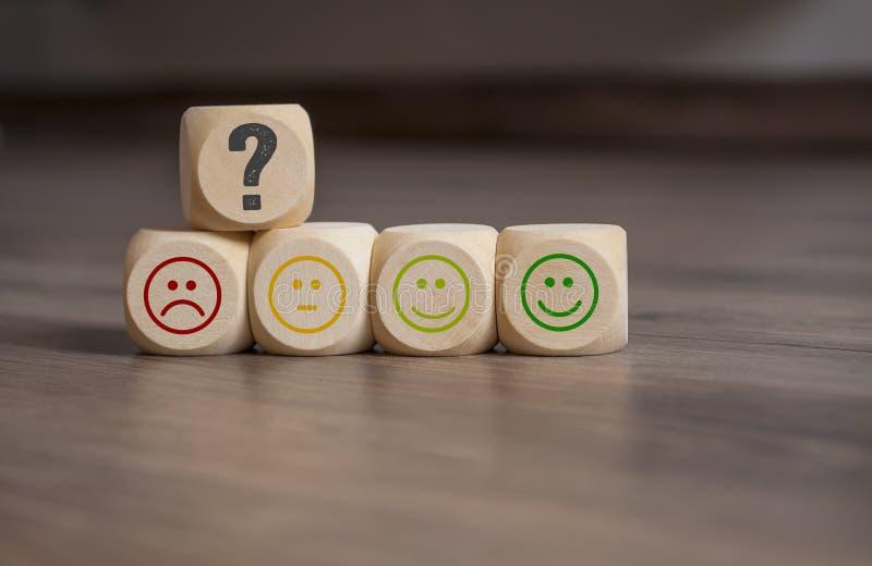 Würfel, Würfel und Schreibarbeit mit Bewertung Emoticons lizenzfreies stockfoto