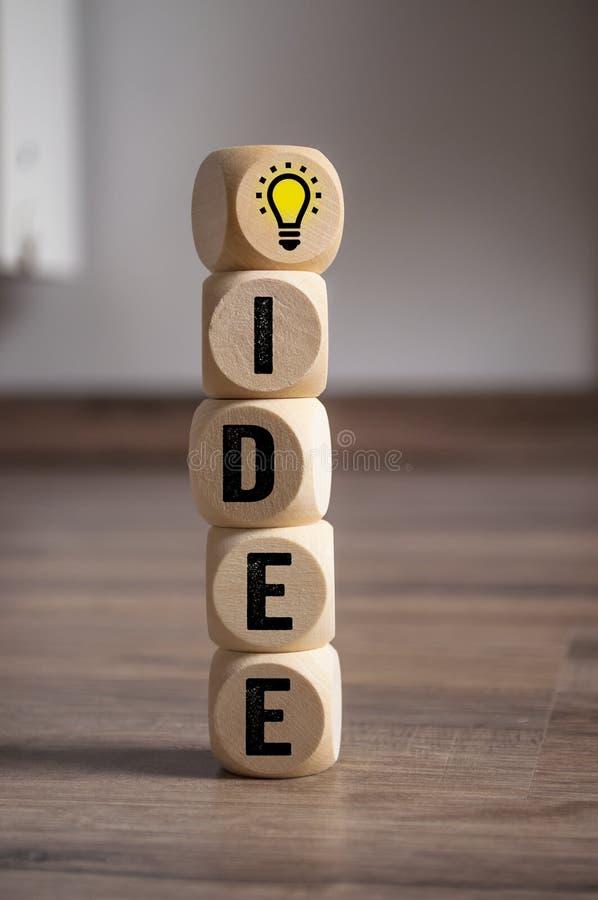 Würfel würfeln mit Inspirationskonzept-Glühlampemetapher für gute Idee lizenzfreie stockfotos