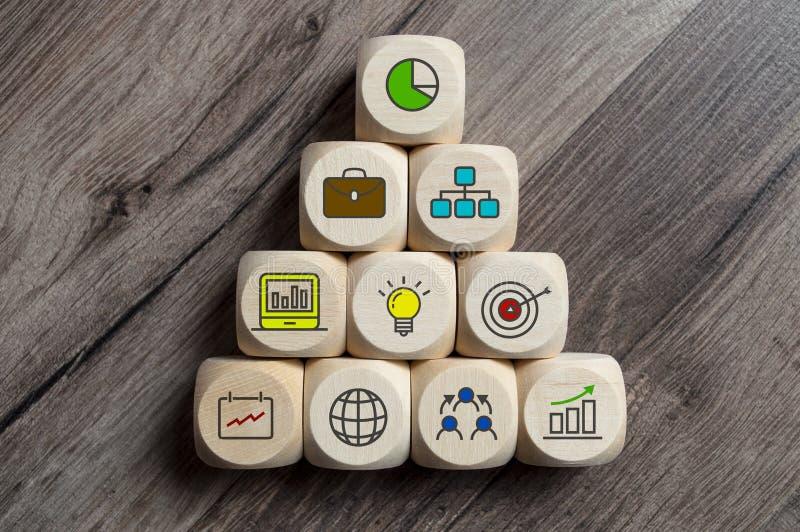 Würfel würfelt mit Geschäftssymbolen und Glühlampeteamwork stockfotos