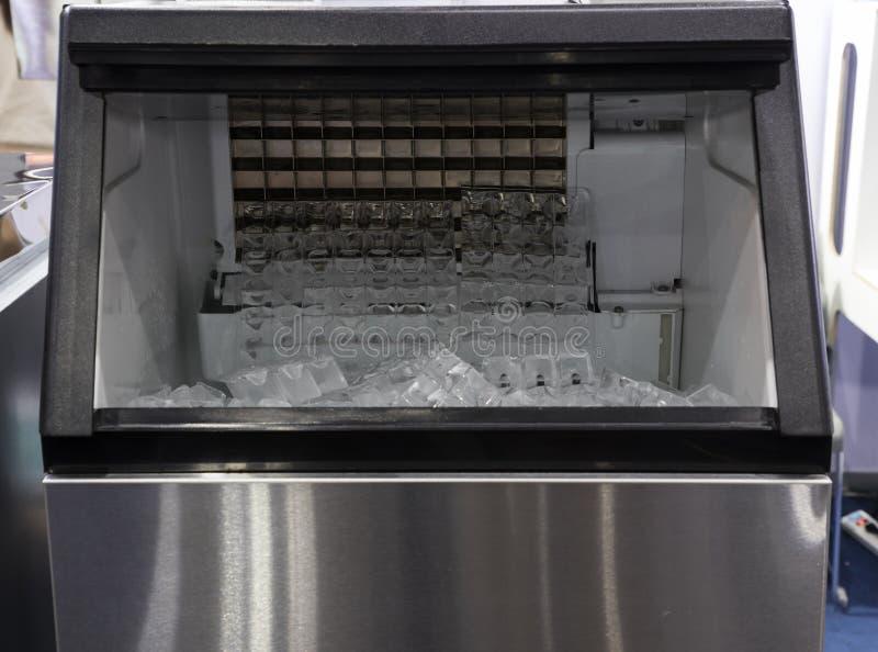 Würfeleis in der Speiseeiszubereitungsmaschine stockfoto