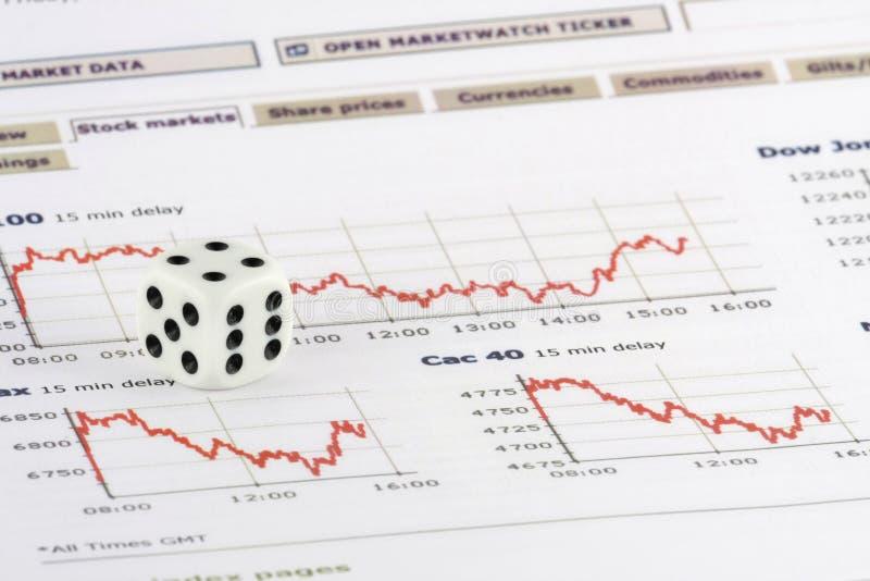 Würfeln Sie über Börseendiagrammen stockfoto