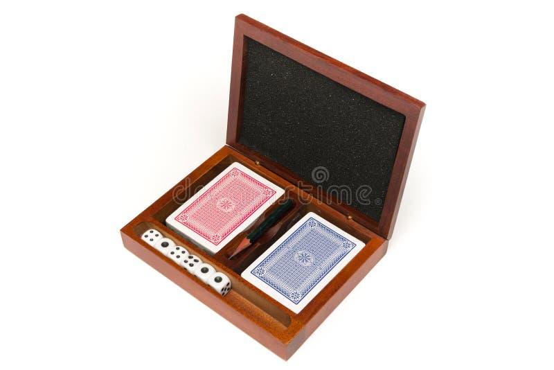 Würfeln Sie und Spielkarten in einem Kasten auf weißem Hintergrund lizenzfreies stockfoto