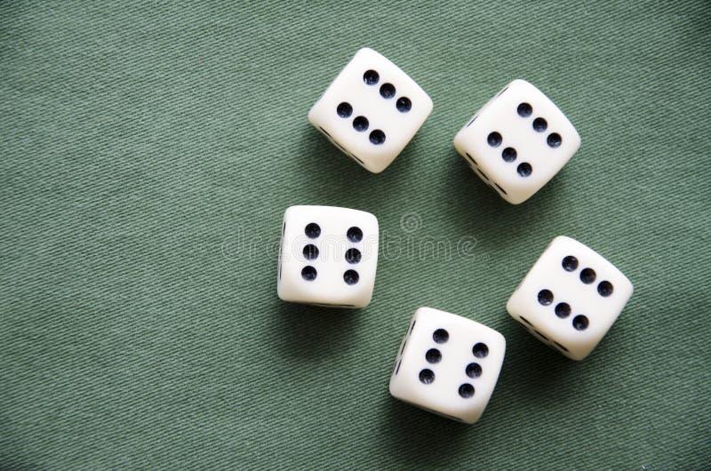 Würfelspiel auf dem grünen Stoff, der ein Spiel von General bildet lizenzfreies stockfoto