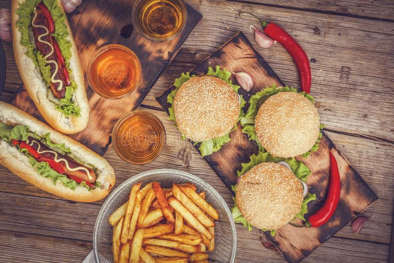 Würstchen, Burger, Bier, Schnellimbiß, Kopienraum lizenzfreie stockfotos