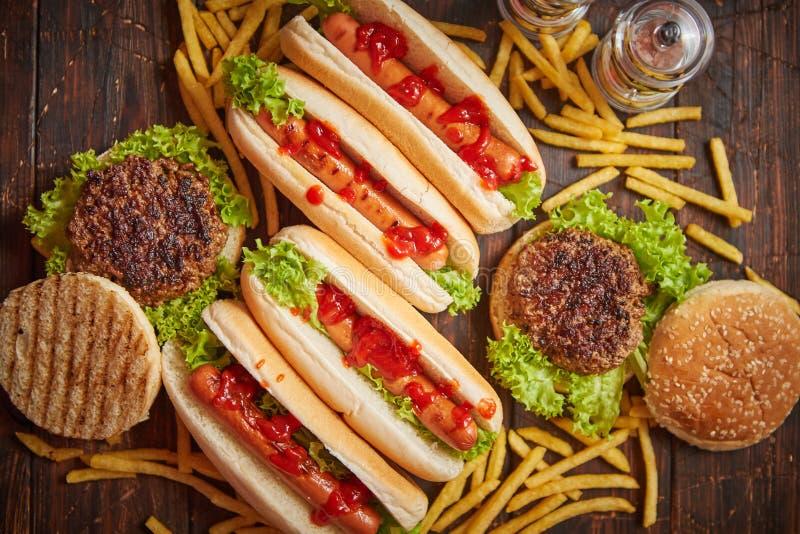 Würstchen, Hamburger und Pommes-Frites Zusammensetzung von Schnellimbissimbissen lizenzfreie stockbilder