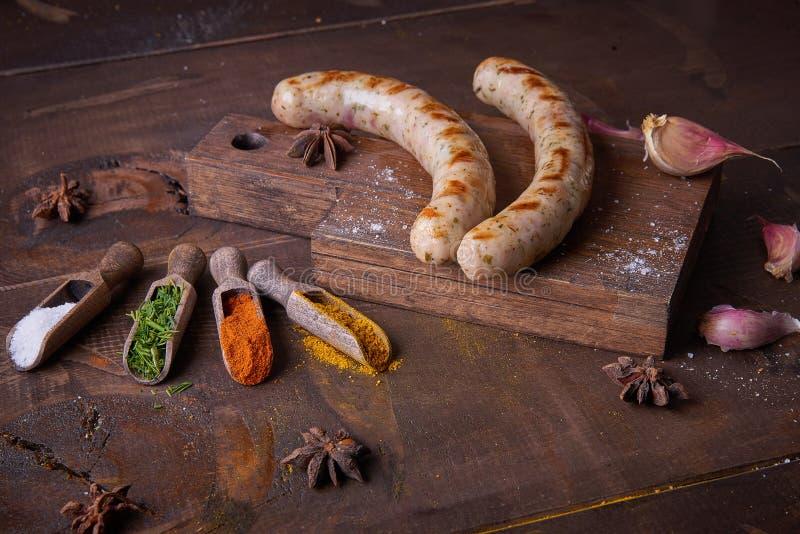 Würste grillten Lebensmittelhintergrund, hölzernen Hintergrund stockbilder