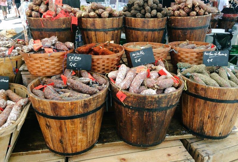 Würste am lokalen Markt in Arles, Frankreich lizenzfreie stockfotos