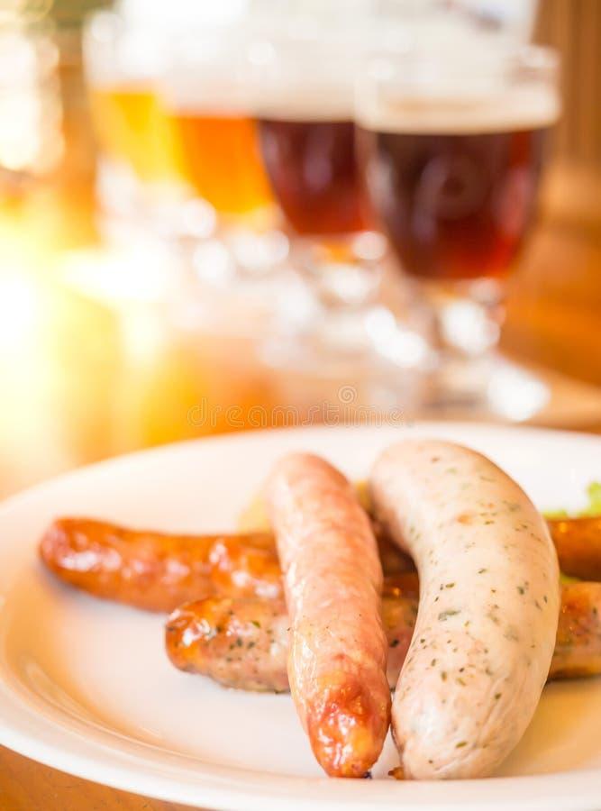 Würste mit verschiedener Art von Bieren im Restaurant lizenzfreie stockbilder