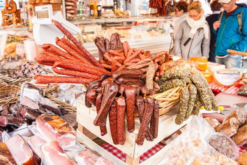 Würste, salamies und Fleisch für Verkauf auf einem Markt auf Alter Markt stockbilder