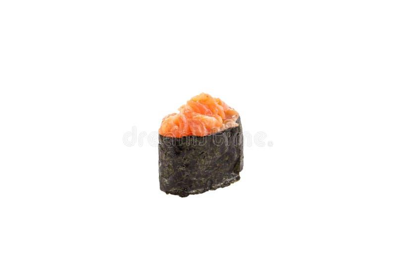 Würzige gunkan maki Sushi mit den Lachsen lokalisiert auf weißem Hintergrund stockfotografie