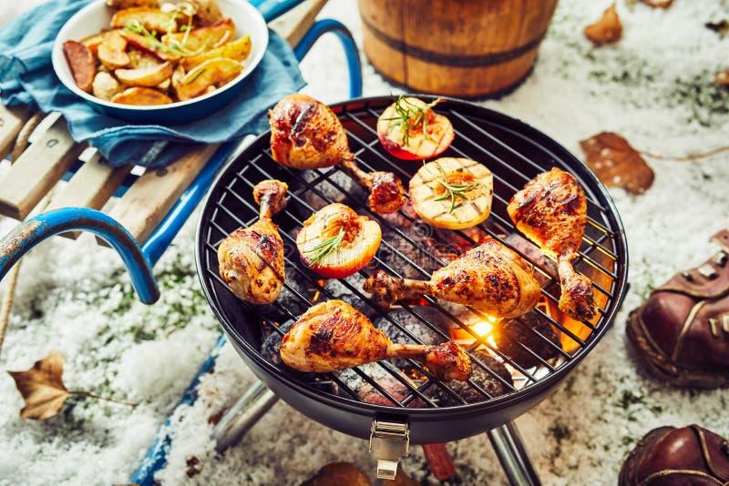Würzige Hühnerbeine, die auf einem Winter BBQ grillen stockfoto