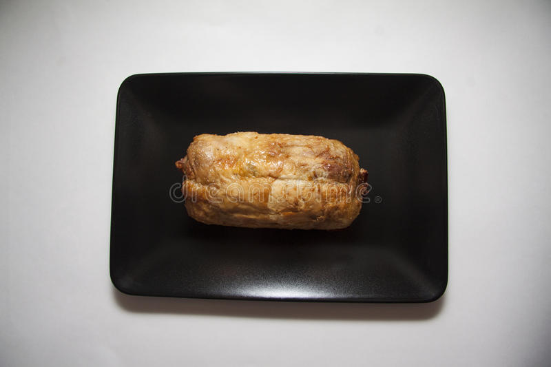 Würzige Hühnerrolle auf Schwarzblech lizenzfreies stockbild