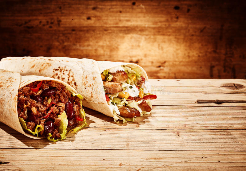 Würzige Huhn- und Veggie Burritoverpackungen stockfotos