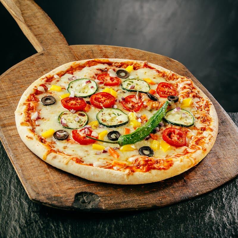 Würzige italienische Pizza auf einer knusperigen Kruste lizenzfreies stockfoto