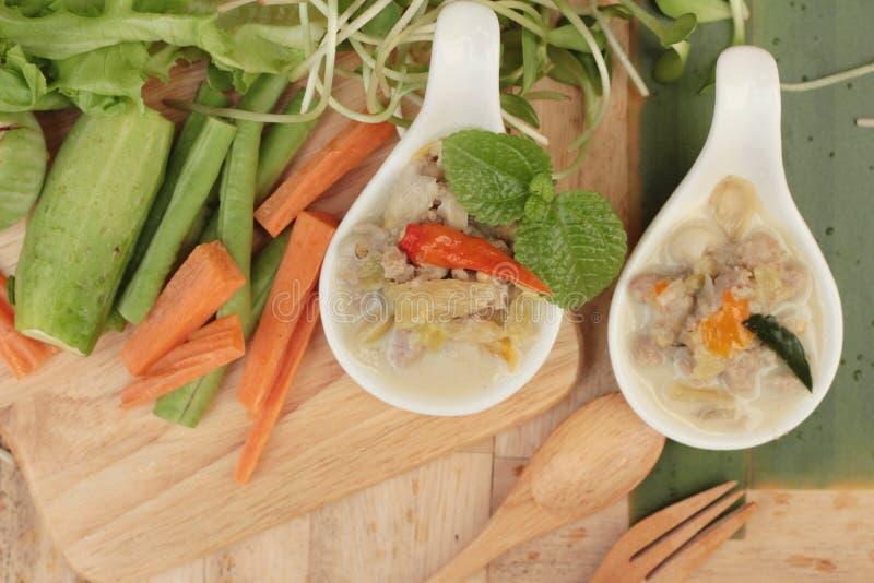 Würzige Simmerananas mit Schweinefleisch und Gemüse stockfoto
