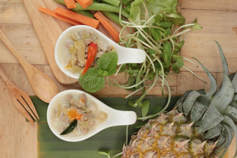 Würzige Simmerananas mit Schweinefleisch und Gemüse stockbilder
