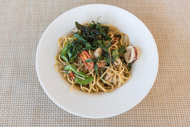 Würzige Spagetti-Meeresfrüchte auf hölzerner Tabelle lizenzfreies stockfoto