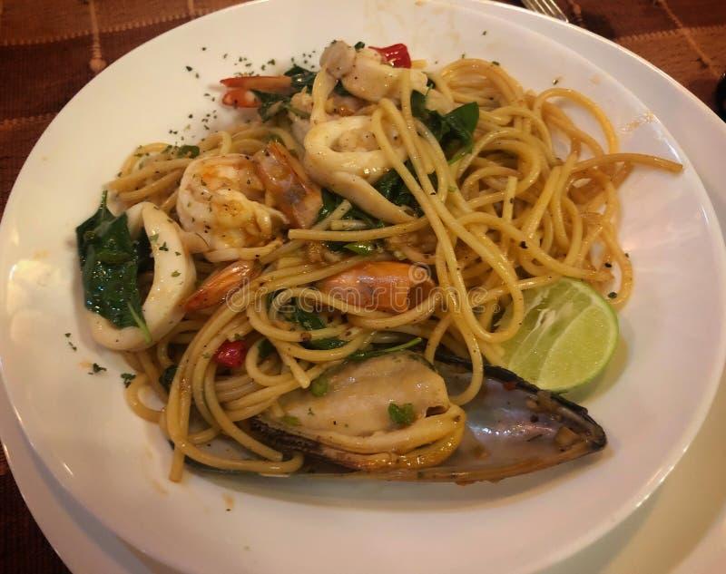 Würzige Spaghetti-Meeresfrüchte Thailands auf weißer Diskette stockbilder