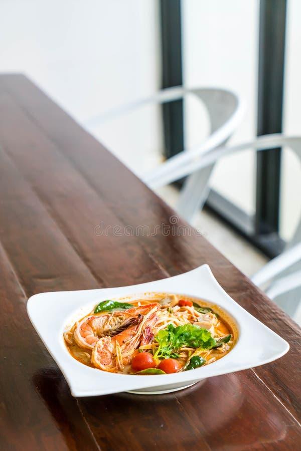 würzige Spaghettis mit Garnele (Tom-yum kung lizenzfreie stockfotografie