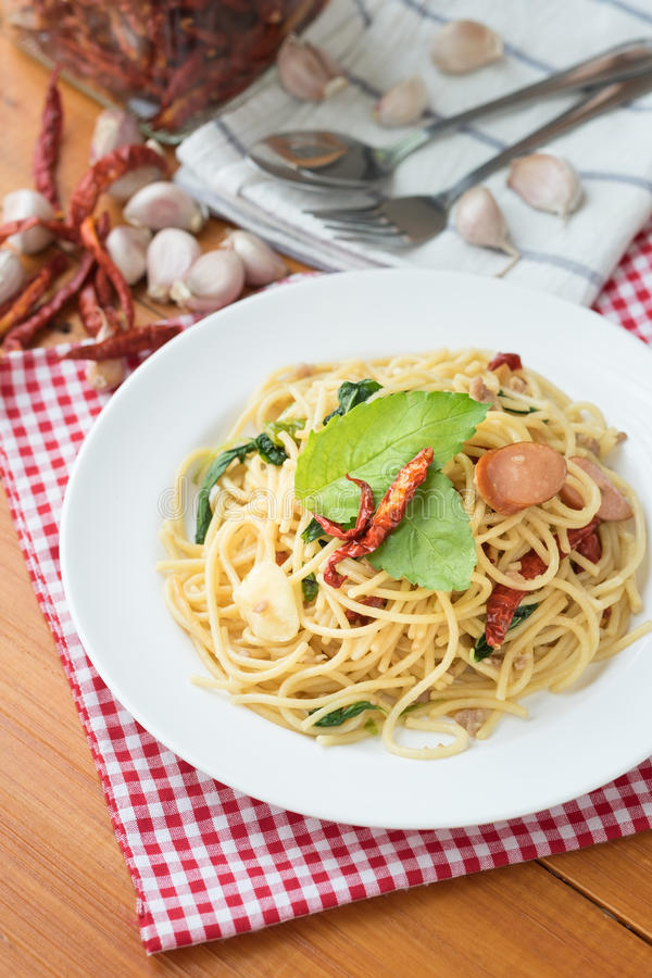 Würzige Spaghettis mit Wurst, lizenzfreie stockfotos