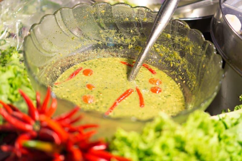 Würzige Suppe in der Schüssel mit rotem Paprika lizenzfreie stockbilder