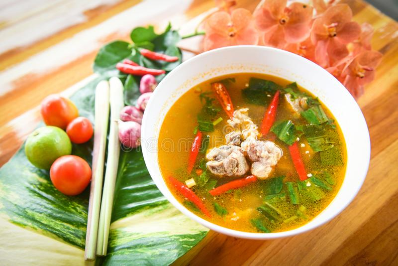 Würzige Suppe der Schweinefleischrippe - Schweinefleischknochen mit heißer und saurer Suppenschüssel mit thailändischen Kräutern  stockfoto