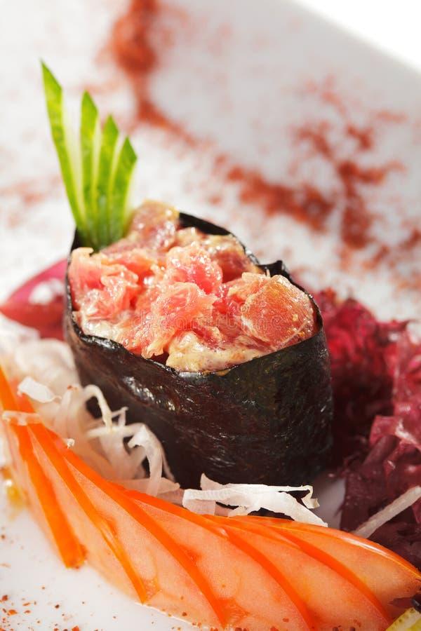 Würzige Thunfisch Gunkan Sushi stockfotos