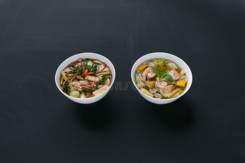 Würziger Curry der unterschiedlichen thailändischen Art zwei mit Schweinefleisch und thailändischer würziger Mischgemüsesuppe mit stockfoto