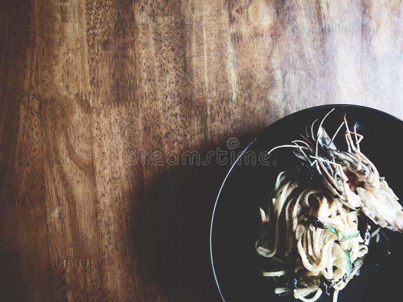 Würziger Garnele Linguine mit getrocknetem Paprika und Knoblauch auf schwarzem backg stockfotografie