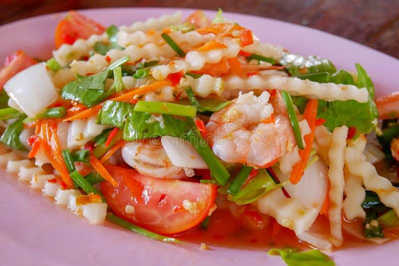 Würziger Garnelen-und Kokosnuss-Trieb-Salat auf rosa Teller lizenzfreies stockbild